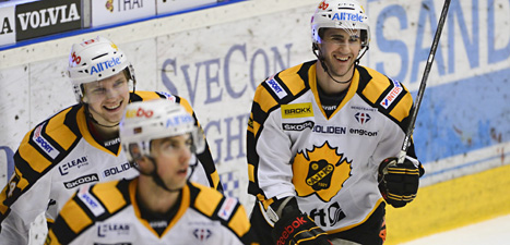 Mål igen. Skellefteås spelare jublar över mål mot Brynäs i den andra matchen i kvartsfinalen i hockeyslutspelet.
