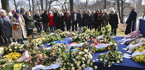 Många kom med blommor till prinsessan Lilians begravning. Foto: Maja Suslin/Scanpix.