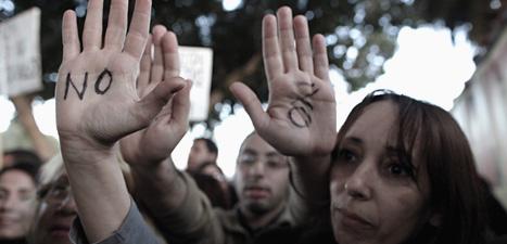 Människor i Cypern protesterar mot EU. Foto: Petros Giannakouris/Scanpix.
