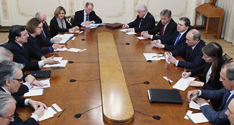 Rysslands president har möte med EUs ordförande José Manuel Barroso. De pratade om hur Cyperns problem kan lösas. Foto: Yuri Kochnetkov/Scanpix.