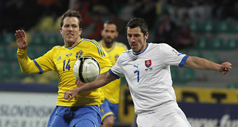 Tobias Hysén i kamp med en slovakisk spelare. Foto:Ronald Zak/Scanpix.