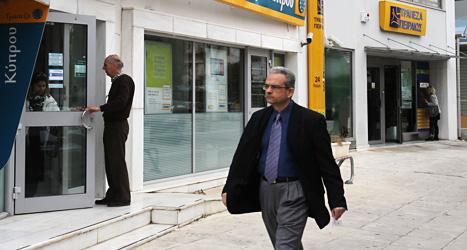 Bankerna på Cypern har varit stängda i tolv dagar. Nu öppnar de igen. Foto: Thanassis Stavrakis/Scanpix.
