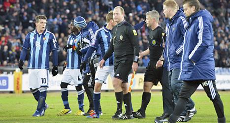 Domaren avbröt fotbollsmatchen mellan Djurgården och Mjällby. Någon i publiken kastade in saker på planen. En spelare i Mjällby träffades. Foto: Jonas Ekströmer/Scanpix.