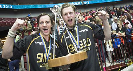 Faluns Alexander Galante Carlström och Rasmus Enström jublar över SM-guldet i innebandy. Foto: Andreas Hillergren/ Scanpix.
