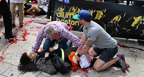 En kvinna som har skadats av bomben. Foto: John Tlumacki/Scanpix.