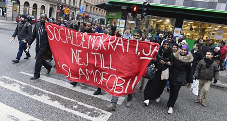 Folk protesterar mot att Omar Mustafa tvingades sluta i Socialdemokraternas partistyrelse. Foto: Claudio Bresciani/Scanpix.