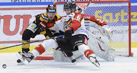 Hård kamp om pucken i matchen mellan Skellefeå och Luleå. Foto: Bror Persson/Scanpix.