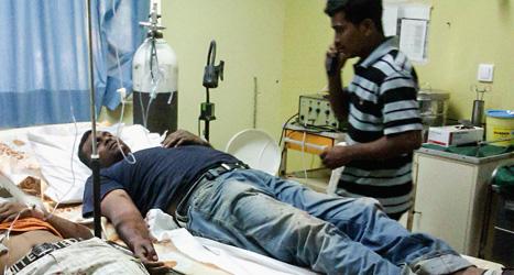 Arbetare som blivit skjutna på en gård i Grekland får hjälp på en vårdcentral. Foto: Eurokinissi/Scanpix.