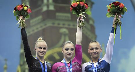Jonna Adlerteg blev tvåa i barr i EM i gymnastik. Jonna står till vänster på bilden. Foto: Mikhail Metzel/Scanpix.