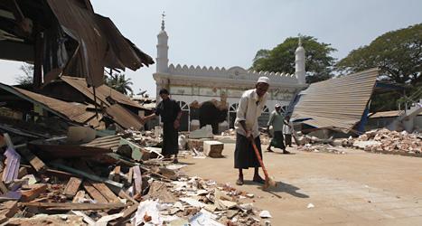 Muslimer i Burma städar upp efter en attack mot en moské. Foto: Khin Maung Win/Scanpix.