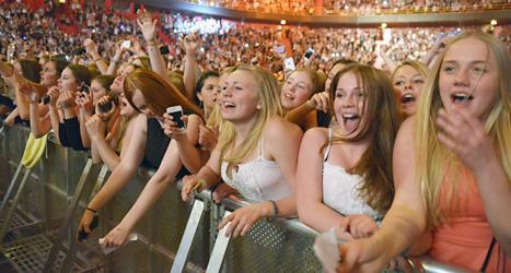 Stämningen var på topp när publiken fick se idolen Justin Bieber på scenen i Globen i Stockholm. Foto: Leo Sellén/Scanpix.