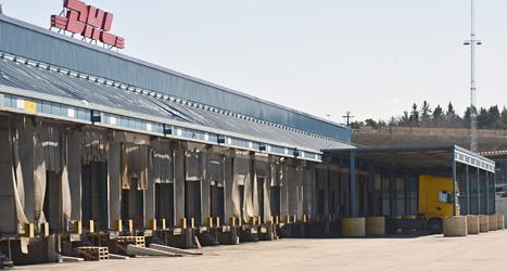 Lastbilscentralen i Västberga. Här ska det i vanliga fall vara fullt med lastbilar som lastar. Men när strejken började på onsdagen blev det helt tomt.Foto: Jonas Ekströmer/Scanpix
