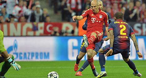 Bayernsspelaren Arjen Robben skjuter mot mål i matchen mot Barcelona. Foto: Kerstin Jonsson/Scanpix.