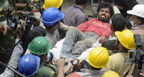En skadad man räddas efter husraset i Bangladesh. Foto: Wong Maye/Scanpix