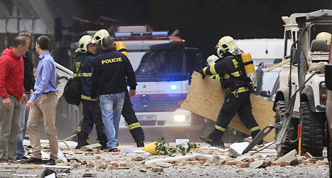 Poliser och räddningsarbetare vid huset där olyckan hände.  Foto: David Josek/Scanpix.