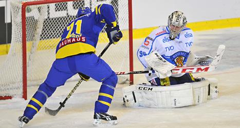 Jimmie Ericsson gör mål för Tre kronor i matchen mot Finland.  Foto: Vaclav Salek/Scanpix.