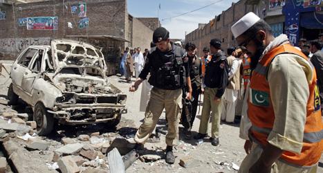 I söndags sprängde terrorister en bomb i staden Peshawar i Pakistan.  Åtta människor dödades. Foto: Mohammed Sajjad/Scanpix.