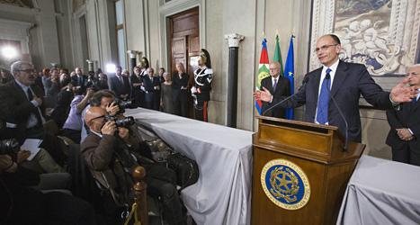 Enrico Letta blir Italiens nya ledare. Här har han sitt första möte som premiärminister med journalisterna. Foto: Roberto Monaldo/Scanpix