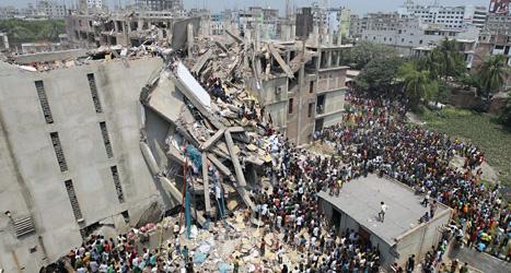 Räddningsarbetarnas jobb vid det rasade huset är mycket farligt. Foto: A M Ahad/Scanpix