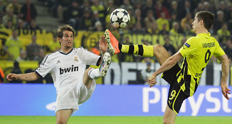 Real Madrids Fabio Coentrao kämpar om bollen med Dortmunds målskytt Robert Lewandowski. Foto: Frank Augstein/Scanpix