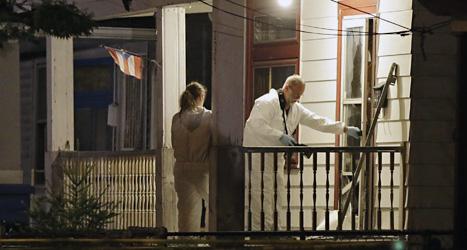 Poliser är på väg in i huset där tre kvinnor hölls fångna i tio år. Foto: Marc Duncan/Scanpix.