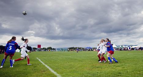 Unga tjejer spelar fotboll. Men allt färre unga idrrottar i föreningar visar en ny undersökning. Foto: Lien Kyrre/Scanpix.