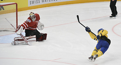 Fredrik Pettersson skjuter mål och avgör kvartsfinalen mot Kanada i ishockey-VM. Foto: Anders Wiklund/Scanpix.