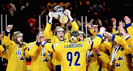 Tre Kronors spelare firar VM-guldet. Foto: Fredrik Sandberg/Scanpix.