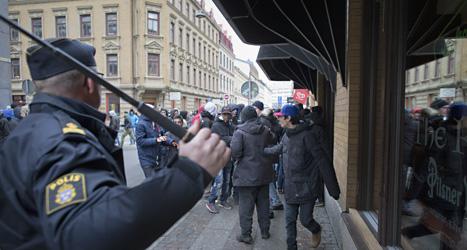 I vintras blev det bråk i Göteborg. Folk ville hämnas för elaka bilder på internet. Poliser fick stoppa bråket. Foto: Björn Larsson Rosvall/Scanpix