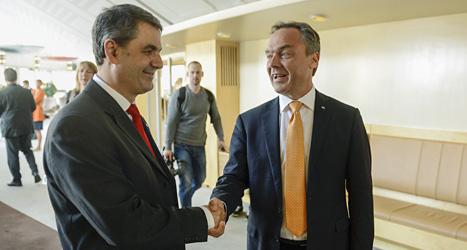 Socialdemokraten Ibrahim Baylan skakar hand med regeringens utbildningsminister Jan Björklund. Sex partier i riksdagen är överens om  nya regler för friskolorna. Foto: Leif R Jansson/Scanpix.