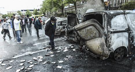 Flera bilar brändes upp i Rinkeby i torsdags. Foto. Fredrik Sandberg/Scanpix.