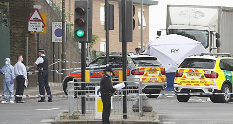 Poliser på gatan där mannen mördades. Foto: Alistair Grant/Scanpix.