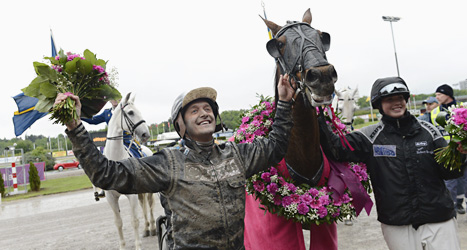 Hästen Nahar vann travtävlingen Elitloppet. Robert Bergh körde Nahar. Foto: Maja Suslin/Scanpix.