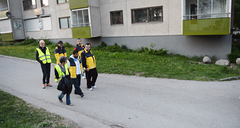 Nattvandrare vaktar i förorten Fittja i Stockholm. Foto: Fredrik Sandberg/Scanpix.