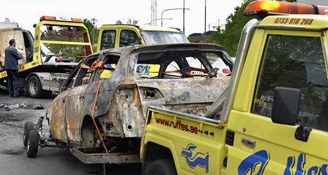 En av de de brända bilarna hämtas av en bärgningsbil. Förra veckan brändes omkring 150 bilar i Stockholm. Foto: Tomas Oneborg/Scanpix