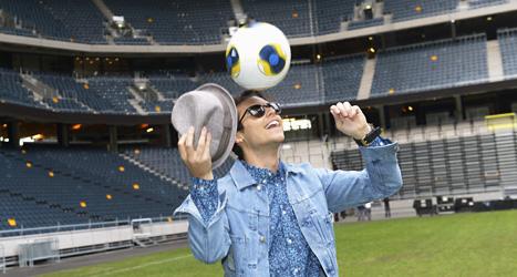 Erik Saade på Friends Arena i Stockholm. Där kommer finalen i fotbolls-EM att spelas i sommar. Erik Saade har gjort en speciell EM-låt. Bild: Bertil Enevåg Ericson/Scanpix.