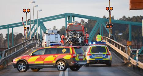 Två personer dog när de jagades av polisen. Polisen öppnade en bro föör att stoppa dem. Foto: Fredrik Sandberg/Scanpix