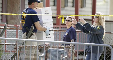 Poliser undersöker huset där de tre kvinnorna hölls som fångar. Foto: David Duprey/Scanpix