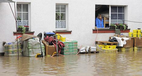 En översvämmad gata i Stadtroda i Tyskland. Foto: Jens Meyer/Scanpix.