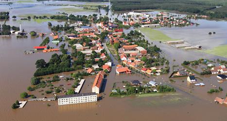 Byn Fischbeck är översvämmad av vatten. Foto: Jens Wolf/Scanpix.