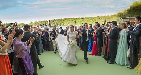 De nygifta är på väg till festen i Drottningholms slott. Foto: Jonas Ekströmer/Scanpix.