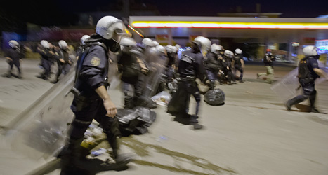 Bråken mellan poliser och demonstranter i Turkiet fortsätter.  Foto: Vadim Ghirda/Scanpix.