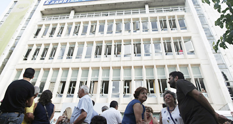 Många greker samlas vid tv-huset för att protestera mot att regeringen stängt det statliga tv-företaget. Foto: Petros Giannakouris/Scanpix.