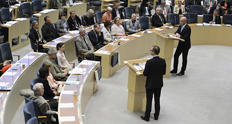 Fredrik Reinfeldt från Moderaterna och Mikael Damberg från Socialdemokraterna under debatten i riksdagen.  Foto: Bertil Enevåg Ericson/Scanpix.