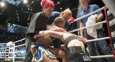 Frida Wallberg tas om hand efter matchen mot Diana Prazak. Foto: Maja Suslin/Scanpix.