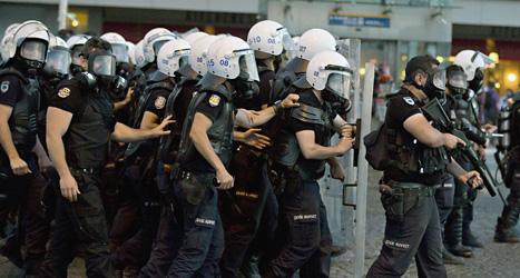 Poliser jagade bort demonstranter från Gezi-parken i Istanbul. Foto: Vadim Ghirda/Scanpix.