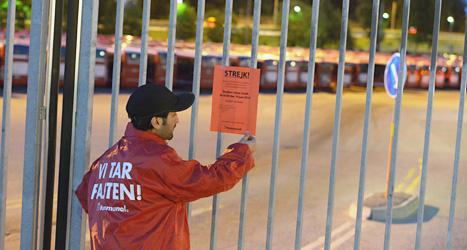Michael Chadi Maajoun sätter upp en lapp som talar om att det är strejk. Foto: Johan Nilsson/Scanpix.