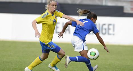 Elin Magnusson kämpar om bollen med Marta Från Brasilien. Foto: Claudio Bresciani/Scanpix.