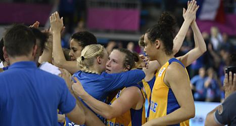 De svenska spelarna tröstar varandra efter förlusten. Foto: Janerik Henriksson/Scanpix