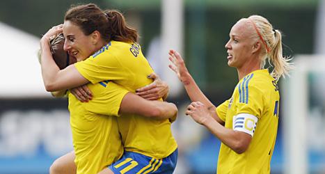 Antonia Göransson firar sitt mål med lagkompisarna. Foto: Adam Ihse/Scanpix